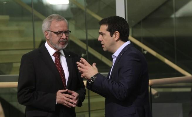 Гръцкият премиер Алексис Ципрас и президентът на Европейската инвестиционна банка Вернер Хойер по време на срещата на върха на ЕС в Рига на 22 май