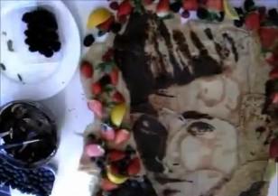 Художник рисува знаменитости с хранителни продукти
