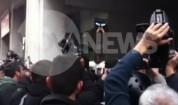 НАПРЕЖЕНИЕ В АТИНА: Протестиращи замерят полицията с домати
