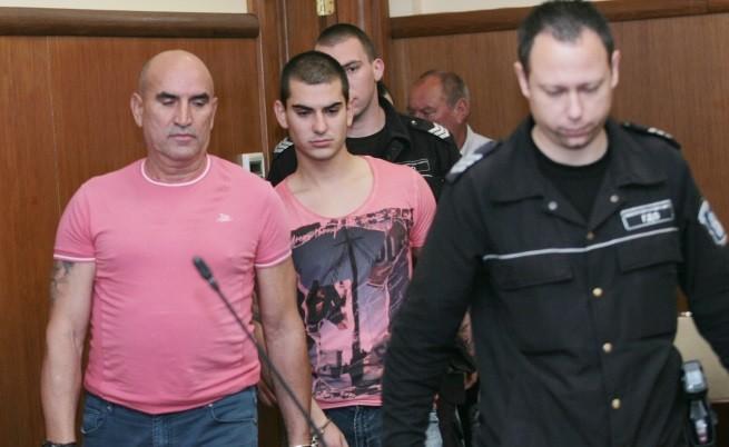 Ценко Чоков и един от синовете му в съдебната зала след ареста им през май