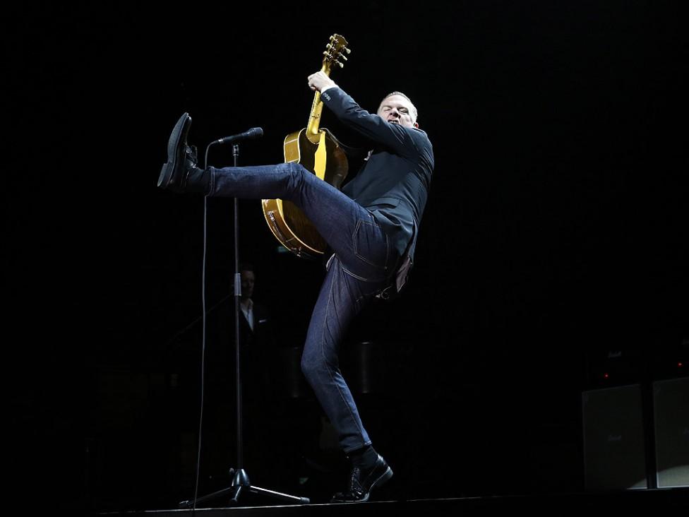 - Брайън Адамс на живо в Арена Армеец