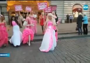 НЕОБИЧАЕН ПРОТЕСТ: В Москва се обявиха против забрана на куклата Барби