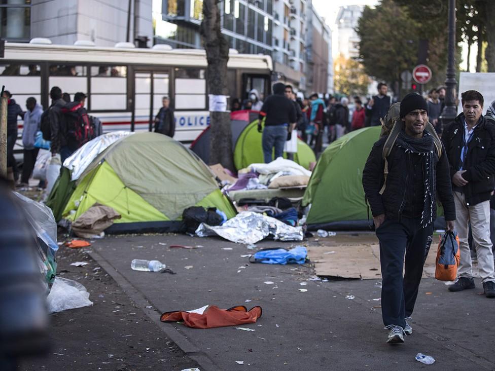 - Имигранти, влязоха в сблъсъци с полицейски части за борба с безредиците в бежанския лагер, който се намира в северната част на Париж, в близост до...