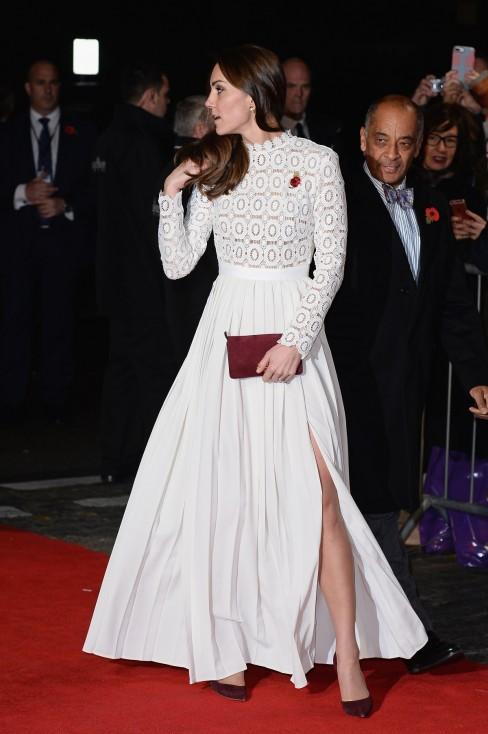 - Кейт Мидълтън отново блесна под светлините на прожекторите. Този път тя се разходи по червения килим в Лондон. Херцогинята на Кембридж избра тоалет...
