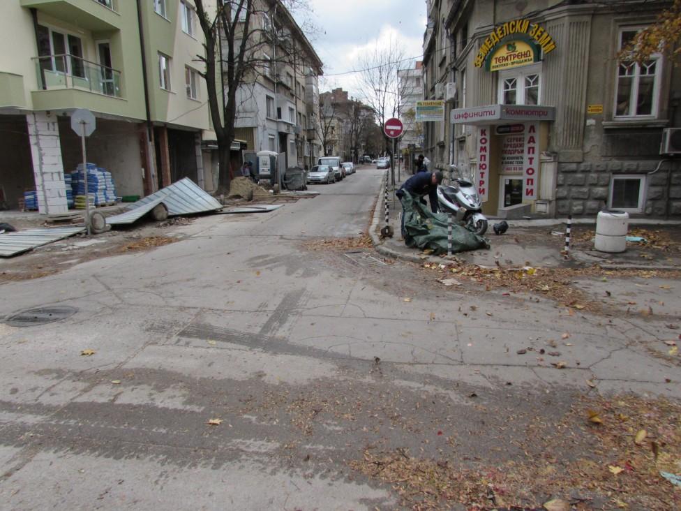 - От вятъра има паднали керемиди и мазилка от сградите. Предпазни пана на строителните обекти също са изпопадали, заедно с бетонните стълбове...
