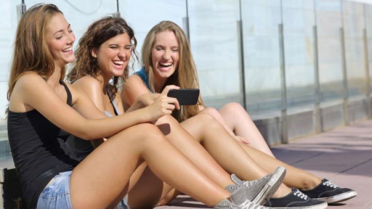тийнейджър родители мобилен телефон семейство кино възпитание смартфон