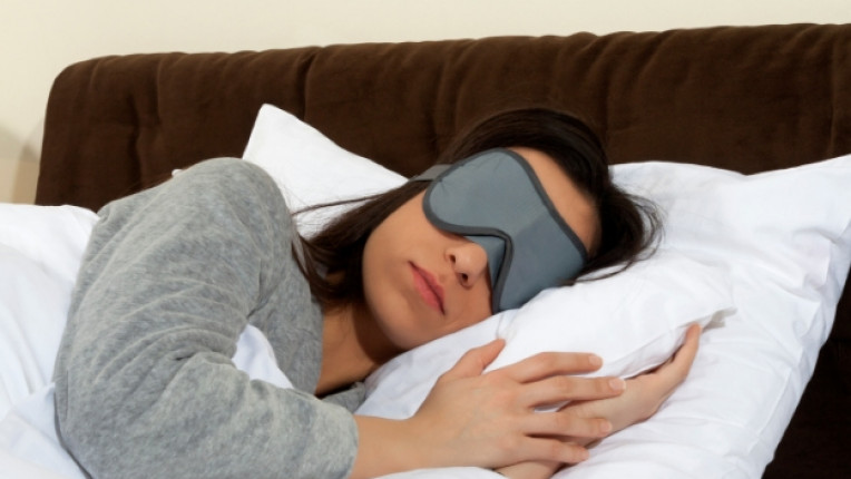 сън безсъние маска жена спане легло