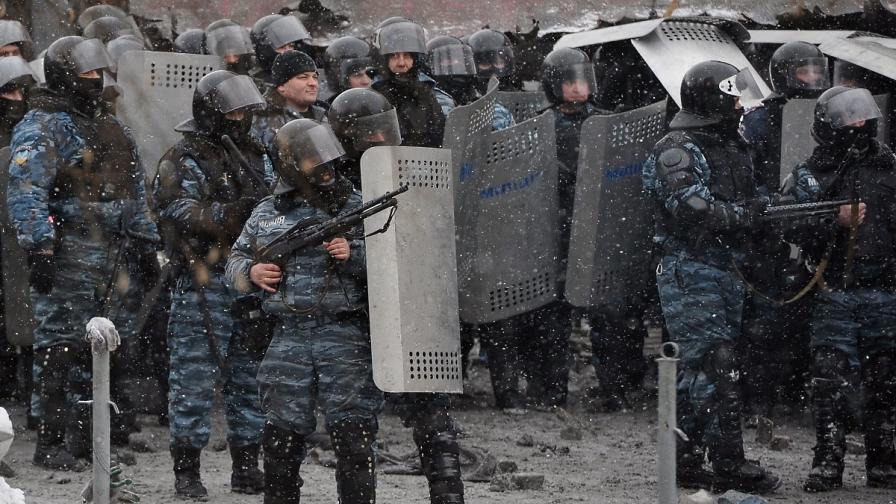 Властите пратиха БТР в Киев и разбиха една от барикадите