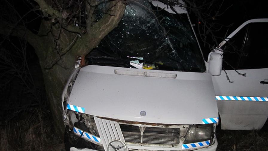 Коли и ТИР-ве аварират заради поледица и виелица в Русенско