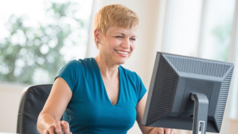 жена интернет монитор компютър социална мрежа