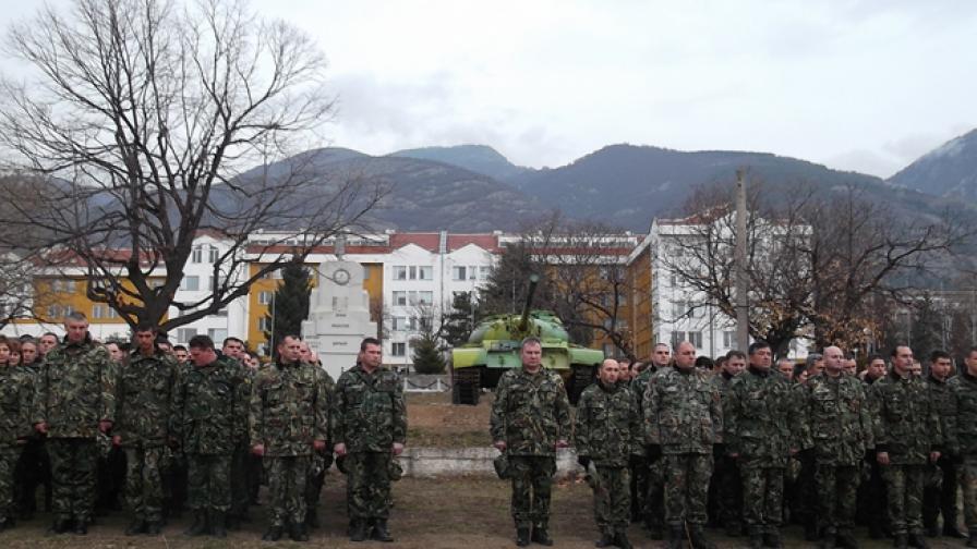 Уволниха военните, поругали паметник в Карлово