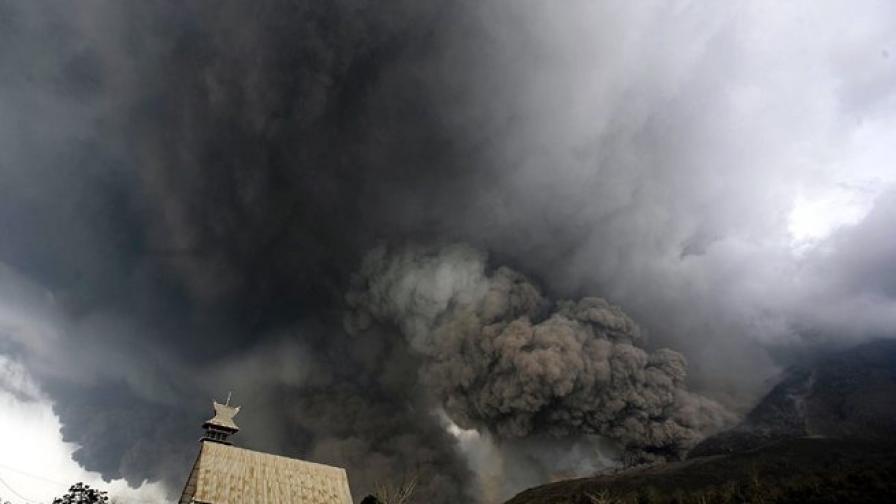 Вулкан изригна в Индонезия, има жертви