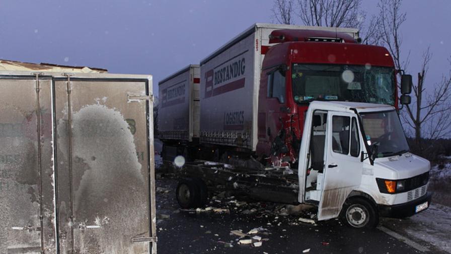 Катастрофа между ТИР и камион затвори пътя София-Бургас