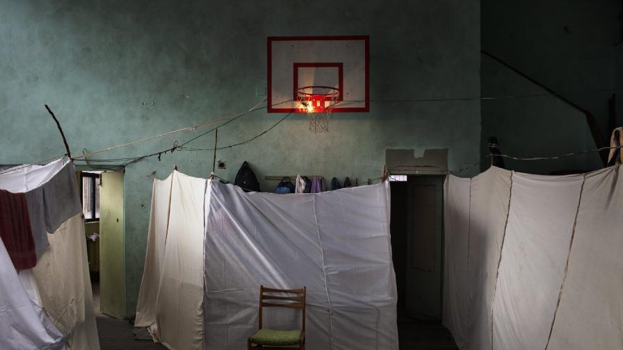 Снимка на италианския фотограф Алесандро Пенсо, на която се вижда помещение за временно настаняване на сирийски бежанци в София
