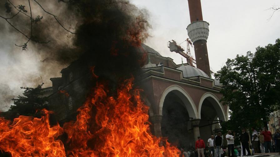 """Кадър от акцията на """"Атака"""" срещу високоговорителите на джамията """"Баня Башъ"""" в София през 2011 г."""