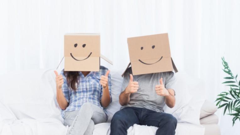 семейство мъж жена кашон усмивка диван дом