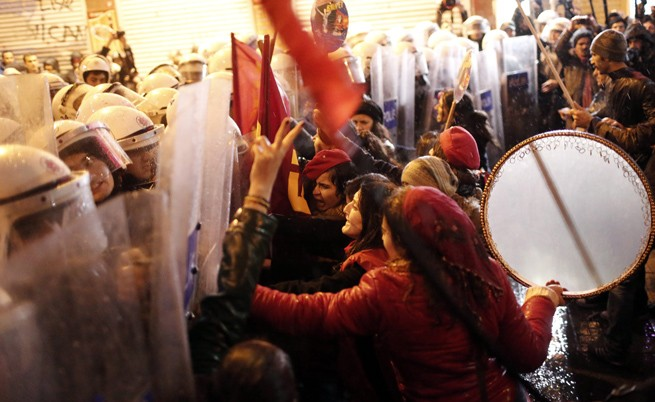 Полиция разпръсна протест на жени в Истанбул