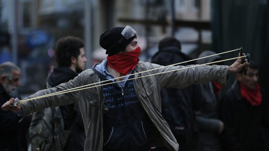 Полицията в Анкара е задържала 36 деца при протестите за смъртта на момче