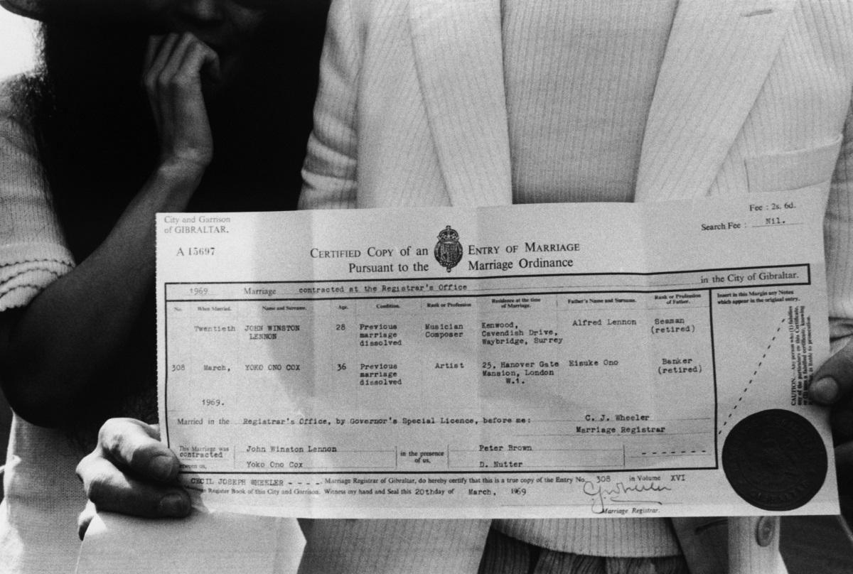 <p>Двойката позира с брачното си свидетелство на 20 март 1969 г.</p>
