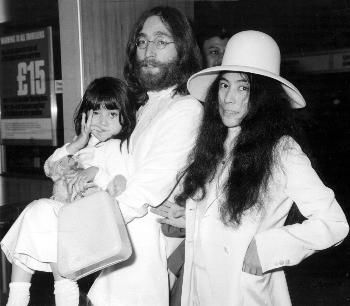 <p>На лондонското летище &quot;Хийтроу&quot; преди да отлетят за Бахамските острови, за да организират 7-дневния протест &quot;В леглото за мир&quot;. С тях е и дъщеряна на Оно - Киоко от първия й брак. (23 май 1969 г.)</p>