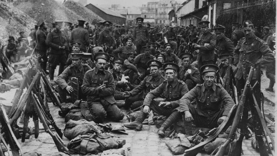 1 август 1914 г. Току-що пристигнали във Франция британски войници се подготвят да отидат на фроновата линия.