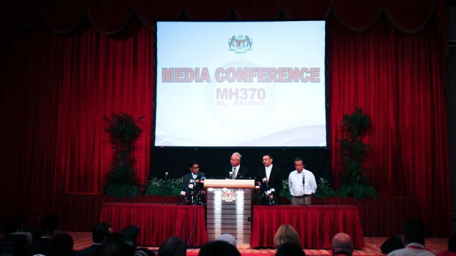 Премиерът на Малайзия Нажиб Разак информира медиите за изчезналия самолет