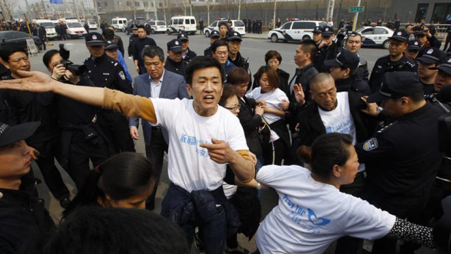 """Роднини на пътници от """"Боинг""""-а на протест в Пекин"""