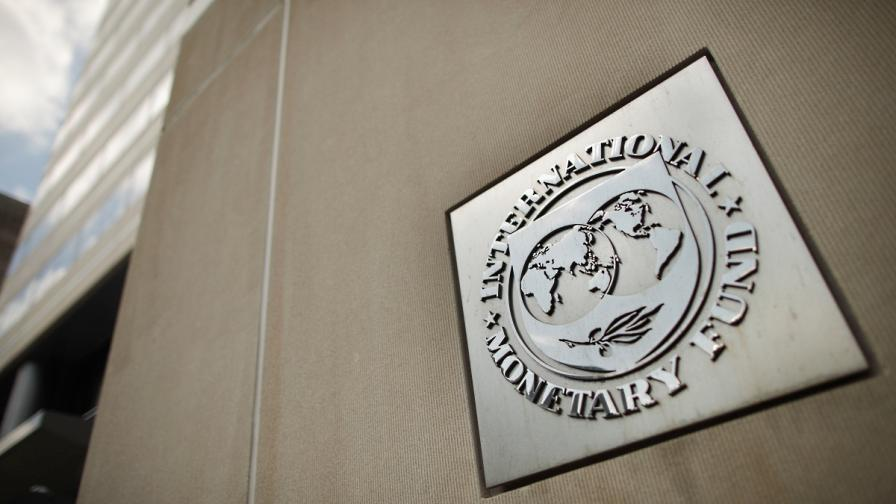 МВФ: Гърция няма да мине без отписване на още дълг
