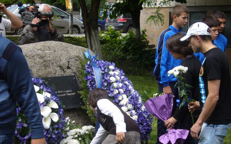 Венци и цветя в чест на 104 години Левски