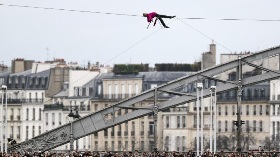 Акробат премина по въже над Сена на 25 метра височина