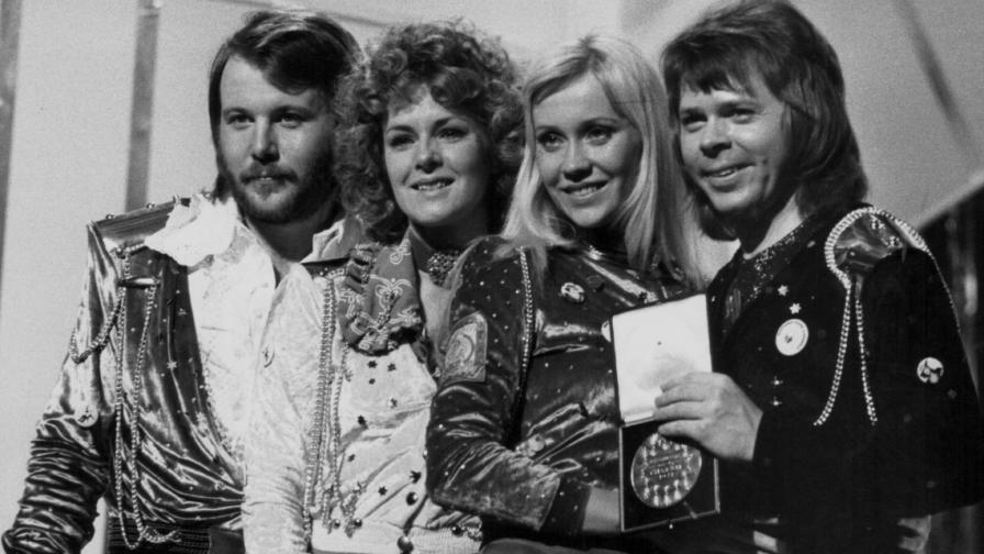 Музикантите от АББА на сцената след победата на финала на Евровизия в Брайтън, Англия през 1974 г.