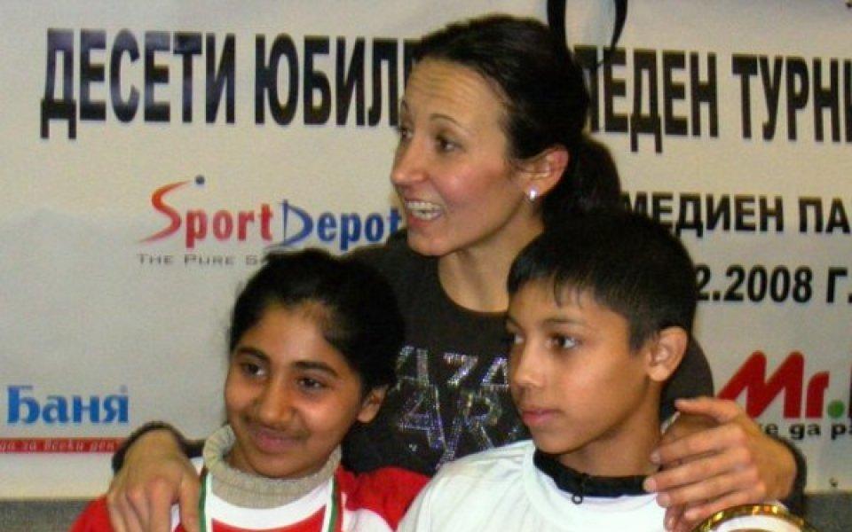 Футболни звезди на Великденския турнир за сираци, Жени Раданова също