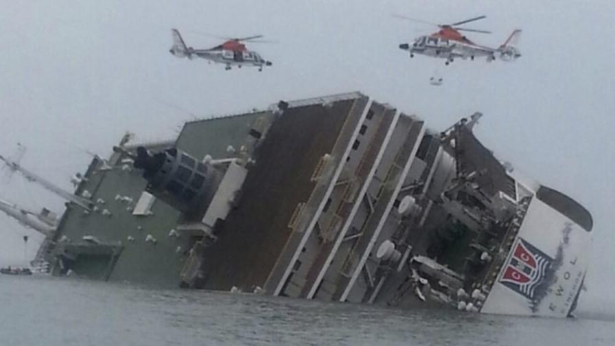 Южнокорейски ферибот със стотици на борда потъна