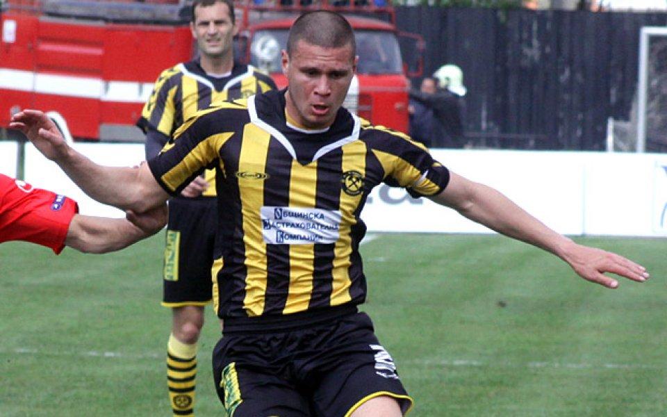 Божиков от Миньор на проби в Генк, игра 90 минути срещу Байер