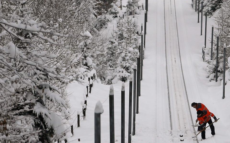 Стойчев и Казийски газят в снежни преспи, за да стигнат до родината