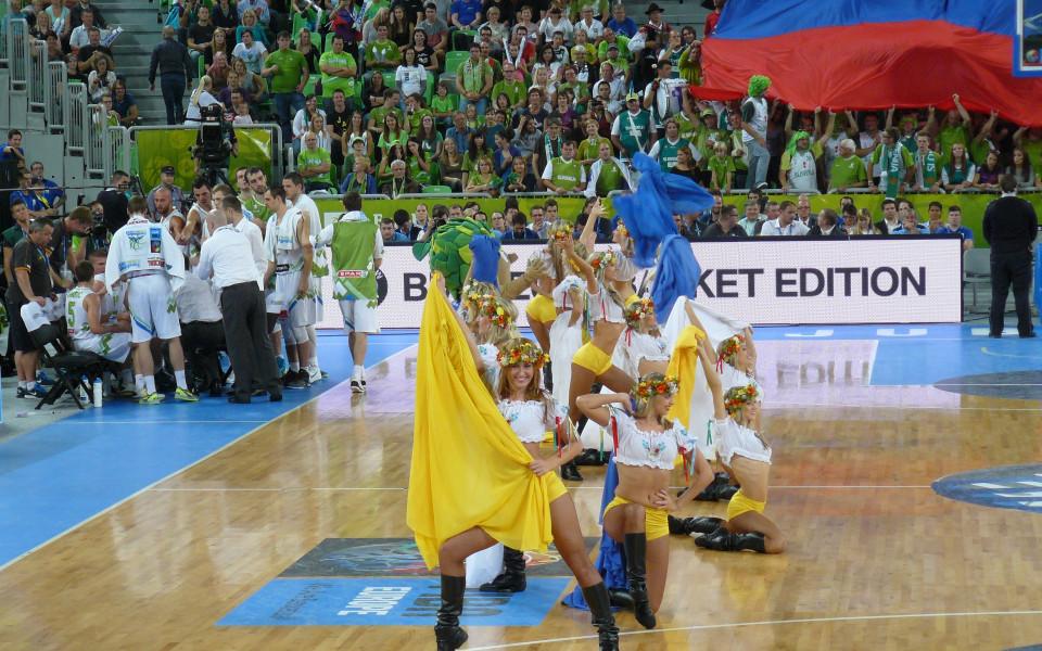ВИДЕО: Украински красавици вдигнаха във въздуха талисмана на Евробаскет