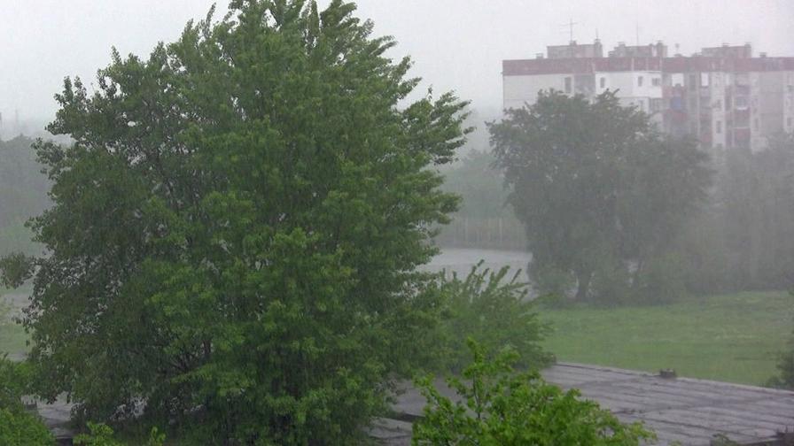 Пороен дъжд с градушка наводни пътни участъци в Ловешко