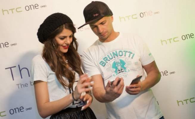 Михаела Филева и Део при представянето на смартфона