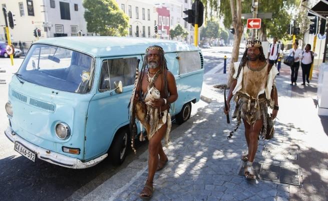 Представители на племе от коренното население са облекли традиционно облекло за участие в документален филм, за малцинствените групи, сниман в Кейп таун