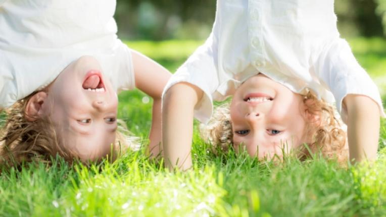 деца поляна трева игра щастие