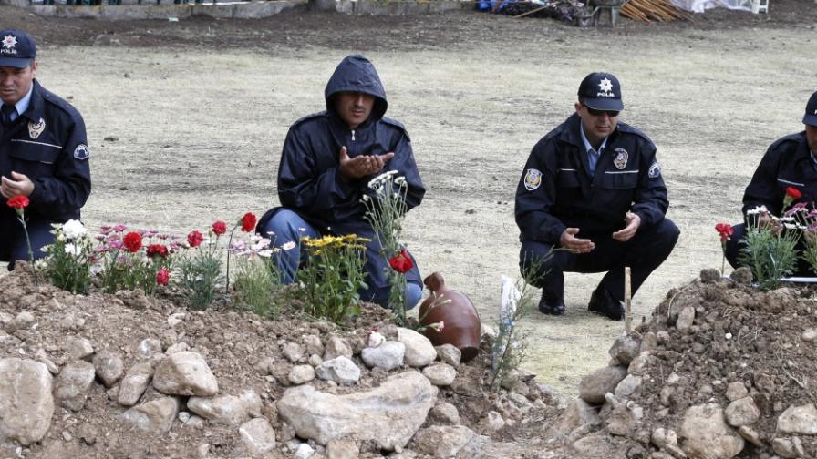 Полицаи се молят на гробовете на загинали миньори