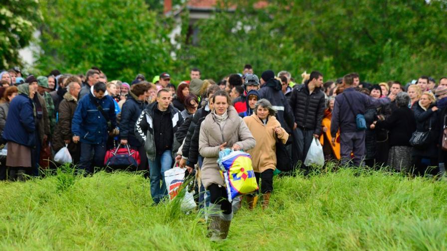 Жители на Обреновац напускат домовете си по време на евакуацията