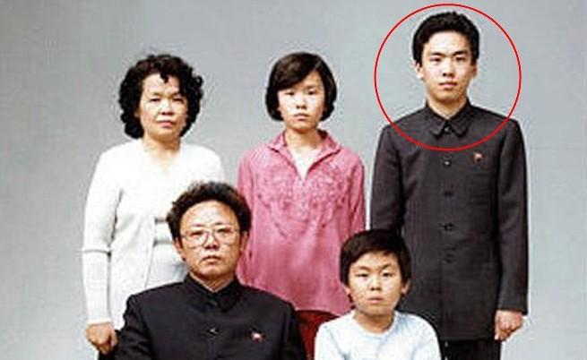 Семейство Ким през 1981 г. – Ким Чен-ир и Ким Чен-ун на долния ред, а Ким Чен-нан е младежът горе вдясно