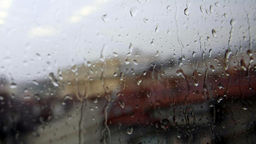 Силна буря в София предизвика спирания на тока и проблеми с отводняването