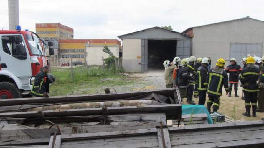 """Сигналът е подаден в 12.06 ч., като на място са били изпратени четири екипа на пожарната от Русе и Ветово, екипи на полицията и """"Спешна помощ"""""""