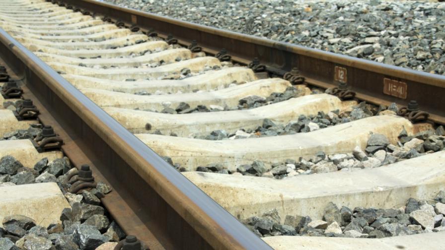 Влак излезе от релсите след удар в скала