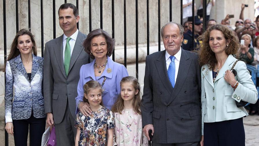 Испанското кралско семейство – принцеса Летисия (вляво), принц Фелипе, кралица София, крал Хуан Карлос, инфантата Кристина и прицесите София и Леонор