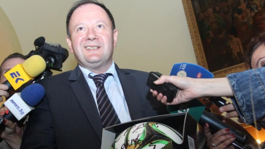 Миков подарява топка на Борисов за рождения му ден