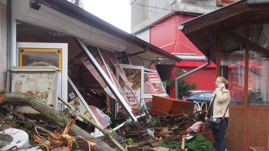 Тежки поражения във варненския квартал Аспарухово след проливния дъжд снощи. Над 2 м приливна вълна влачи коли, дървета покъщнина. Най-малко 10 са жертвите на стихията.