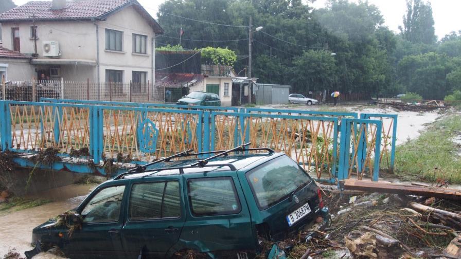 Тежки поражения във варненския квартал Аспарухово след проливния дъжд миналия месец. Над 2 м приливна вълна влачи коли, дървета покъщнина.